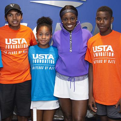 24 , 2019  agosto - Sloane Stephens posa con los niños de la Fundación USTA en Arthur Ashe Kids ' Day en el 2019  US Open. (Foto de Jennifer Pottheiser / USTA)