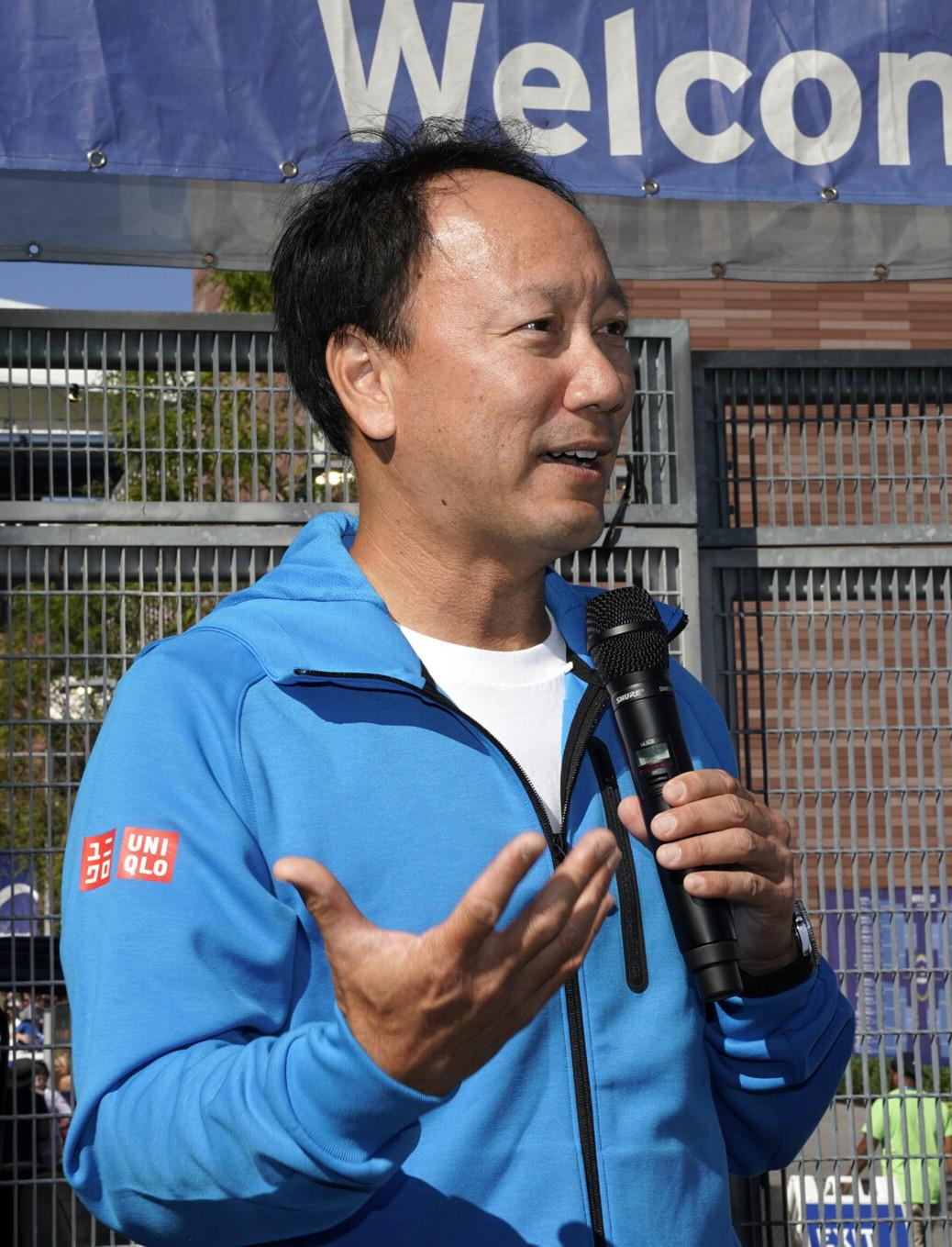 29 , 2019  agosto: Michael Chang da la bienvenida a los fanáticos en la puerta del 2019  US Open. (Foto de Darren Carroll / USTA)
