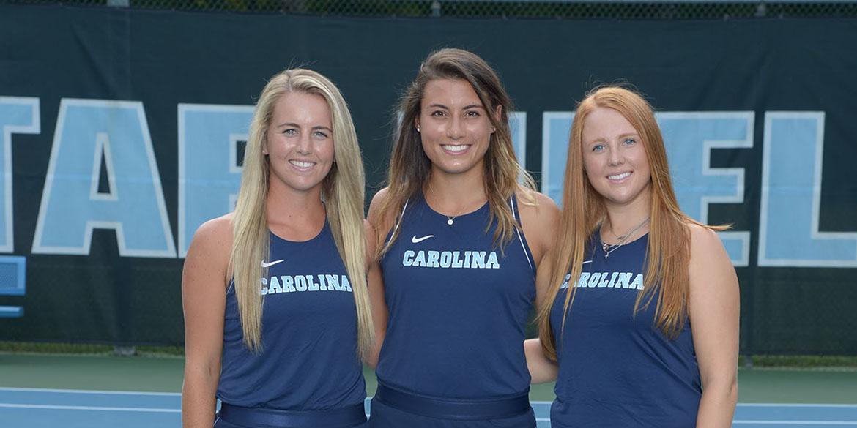 Makenna Jones, Alexa Graham, Sara Daavettila 2019  personas mayores Universidad de Carolina del Norte Mujeres ' s Tenis Cone-Kenfield Tennis Center Chapel Hill, Carolina del Norte Miércoles 28 y 2019 agosto