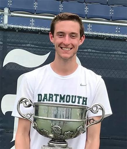 John Speicher sostiene el trofeo que recibió Dartmouth por ganar el Rice Invitational en Houston en 2019 . Foto proporcionada por Speicher.