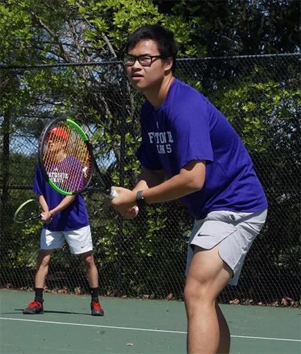 Anh Nguyen en la pista de dobles de la Universidad de Fontbonne. Foto cortesía de Fontbonne Athletics.