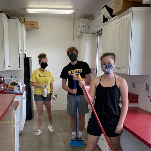 El personal se prepara para el campamento de verano en Brandon. Crédito: Rebecca Blue / BVCTA