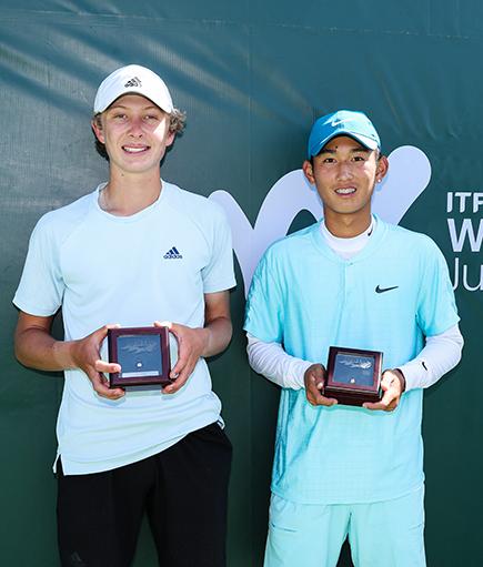 El finalista Ethan Quinn (izquierda) y el campeón Jerry Shang (derecha) en la ceremonia del trofeo ITF Easter Bowl. Crédito de la foto: Derrick Tuskan