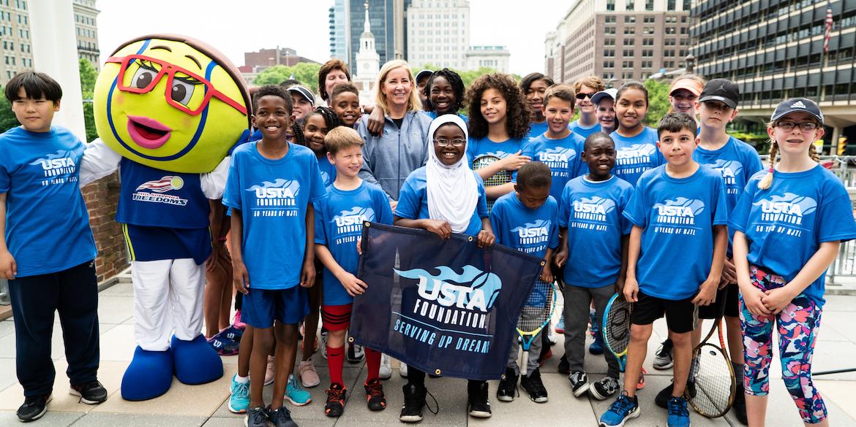 Mayo 20 , 2019  - La Fundación de la USTA y socio Chris Evert con el Philadelphia libertades para albergar una clínica de tenis para jóvenes NJTL locales en el Independence Hall en Filadelfia, Pensilvania.